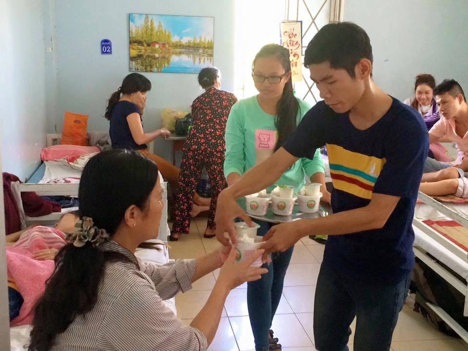 Phát cháo cho bệnh nhân ung thu - Cộng đồng Thắp Sáng Niềm Tin Huế