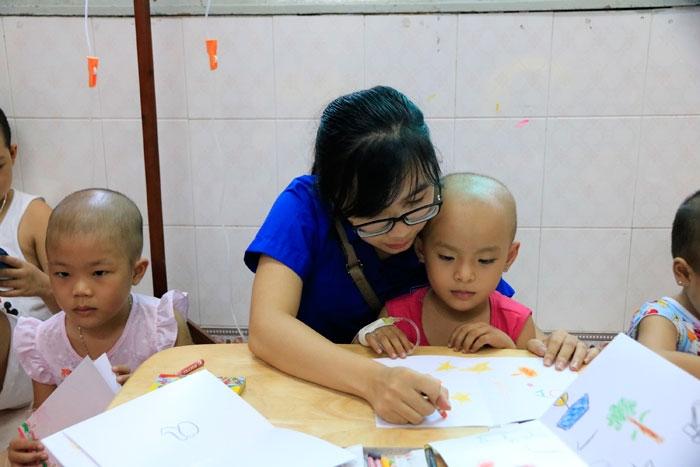 Thăm các em nhỏ đang điều trị tại Bệnh viện Ung Bướu TP HCM